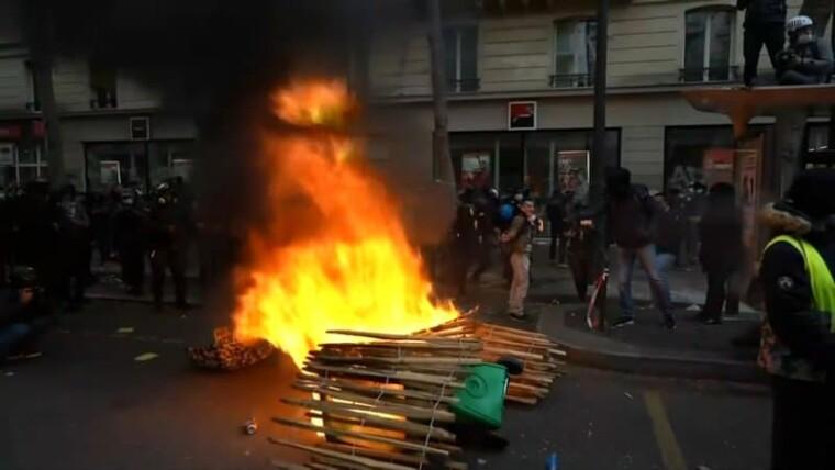 Участники демонстрации устроили пожар