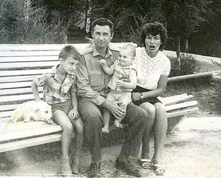 Виталий Кличко с родителями и младшим братом / Фото из личного архива братьев Кличко