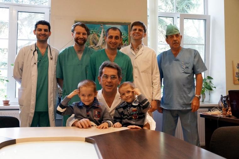 Ілля Ємець з колегами та пацієнтами