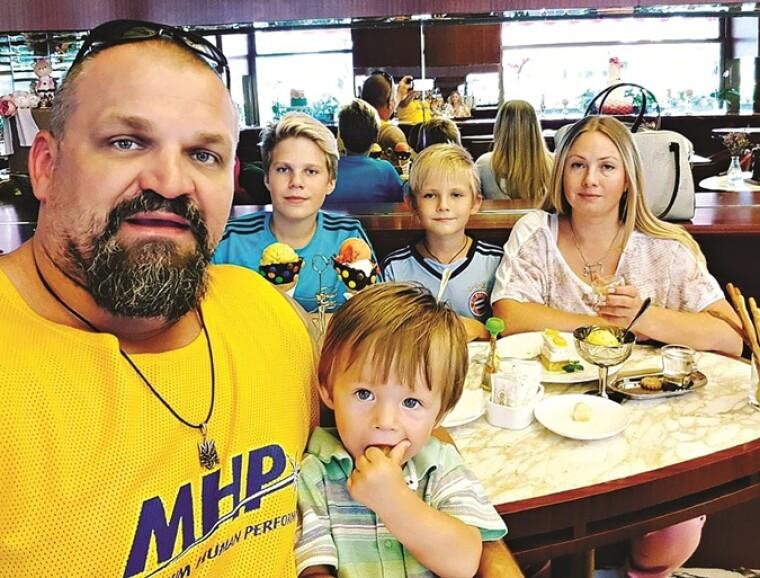 С женой Инной и тремя сыновьями: 16-летним Адамом, 11-летним Олегом и 3-летним Александром / kp.ua