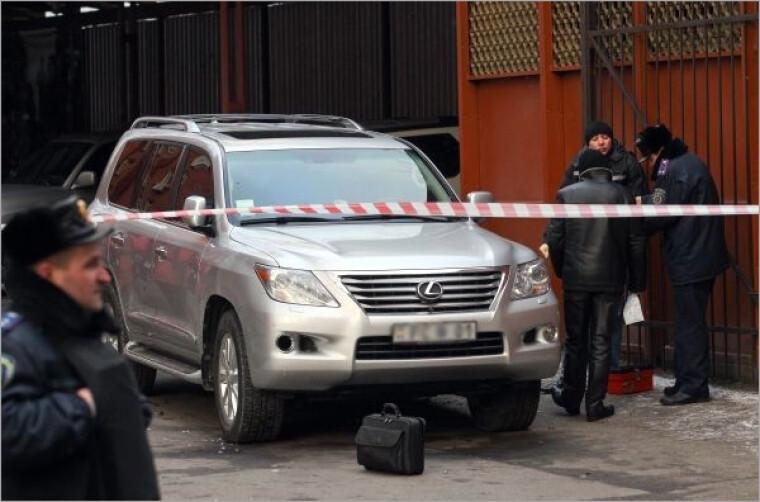 На месте взрыва белая машины Рабиновича