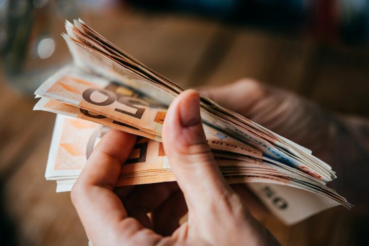 В долгосрочной перспективе лучше вкладываться  в доллар  и недвижимость, а в кратко-  и среднесрочной —  в евро