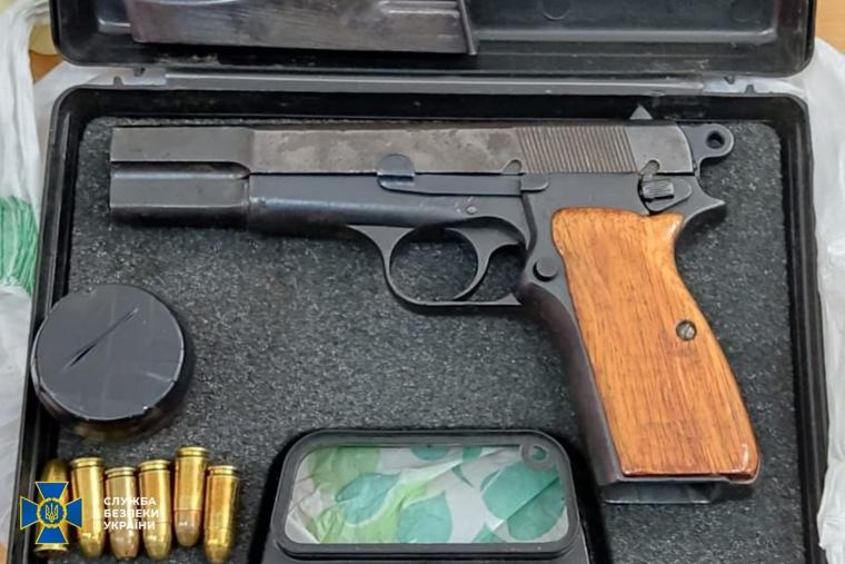 """У підозрюваних знайшли пістолет """"Браунінг"""""""