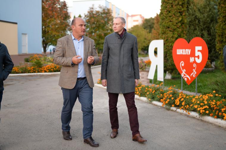 Мэр Черткова Владимир Шматько (слева) показывает отремонтированную школу