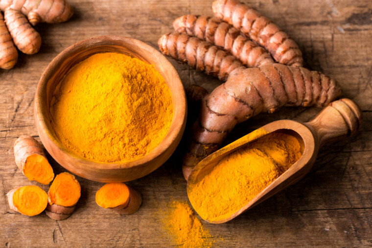 В рідній Індії куркума вважається «царицею спецій» і є обов'язковим компонентом знаменитих пряних сумішей карі. Однак в інших країнах її понад усе цінують як надзвичайно ефективний натуральний барвник, який до того ж здатний змінювати відтінок, він стає більш оранжевим у присутності органічних кислот/Shutterstock