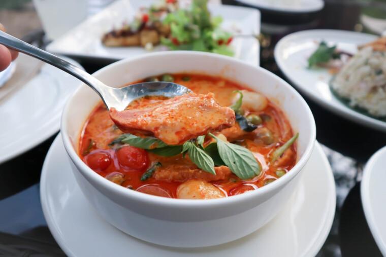 Красный утиный карри, примерно в XV веке изобретенный в средневековом тайском государстве как одно из средств «гастрономической дипломатии», вполне можно считать одним из первых образцов эклектических блюд фьюжн-кухни