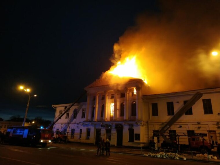 Пожар возник на летней площадке кафе, а затем перекинулся на кинотеатр
