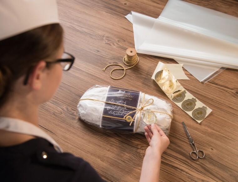 Оригинальный дрезденский штоллен, успешно прошедший все стадии контроля, получает не только крафтовую упаковку, но и особую золотую печать, играющую роль индивидуального знака качества