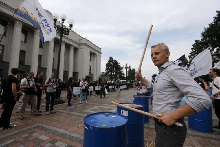 Виталий Шабунин во время акции с требованием снятия депутатской неприкосновенности под ВРУ