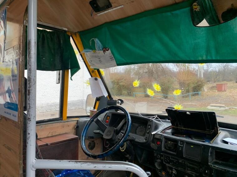 Невідомий обстріляв автобус пейнтбольними кулями з жовтою фарбою