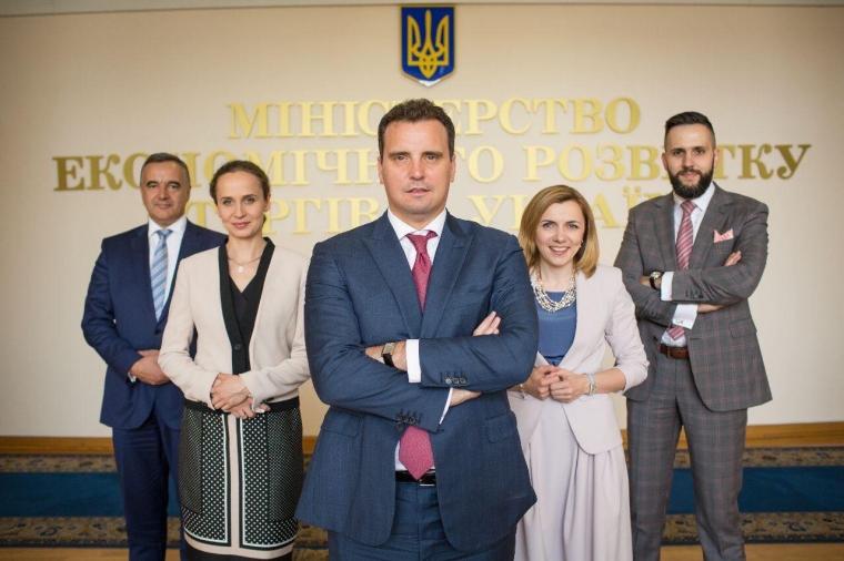 Юлія Клименко (друга зліва) - заступниця міністра економічного розвитку та торгівлі України Айвараса Абромавичуса
