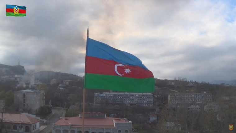 Азербайджанский флаг на фоне города Шуши