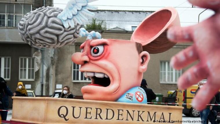 """""""Без мозгов"""". """"Поперечный памятник"""" движению Querdenker, участники которого выступают в Германии, в частности, против мер правительства по борьбе с коронавирусной инфекцией"""