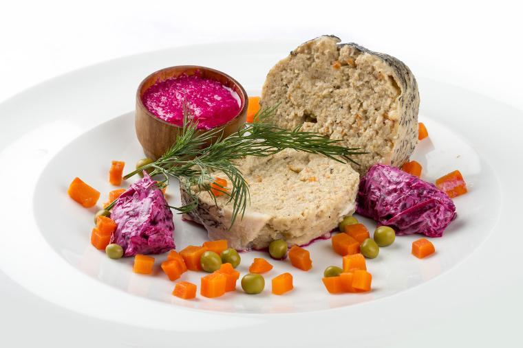 Мало кто знает, что хрен, подкрашенный свекольным соком, в свое время появился именно как соус к фаршированной рыбе