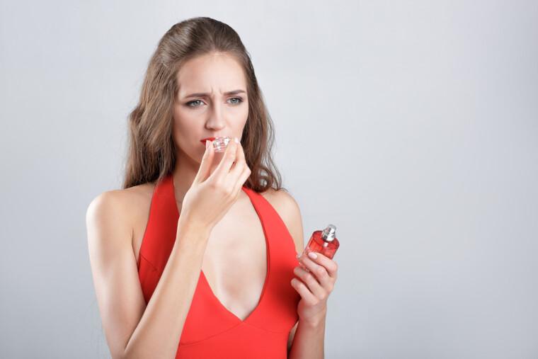 дівчина нюхає парфум