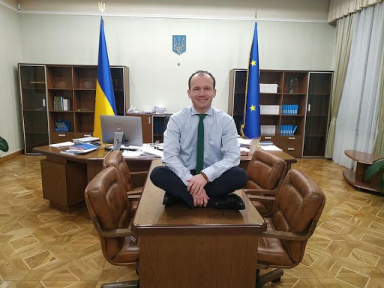 Денис Малюська в робочому кабінеті / Facebook.com