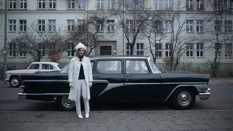 Бет Гармон нагадує білу королеву, автомобілі – шахівницю