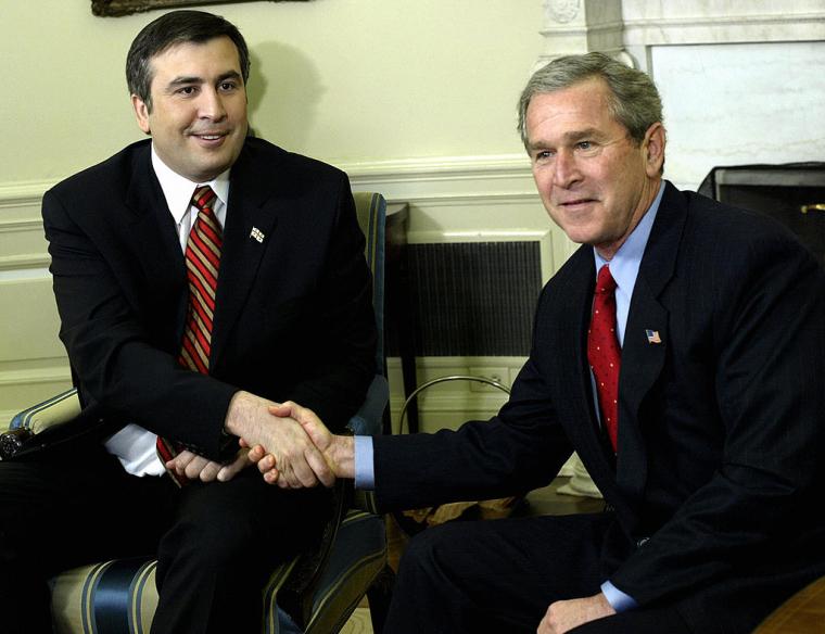 Президент США Джордж Буш (праворуч) зустрічається з президентом Грузії Михайлом Саакашвілі, 2004 р