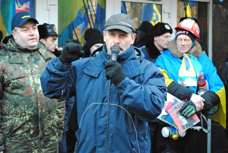 Олег Барна выступает у здания МВД во время Революции Достоинства