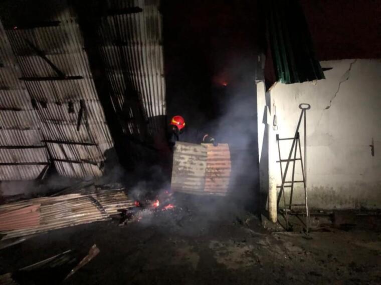 Фото гасіння пожежі на складі із зерном