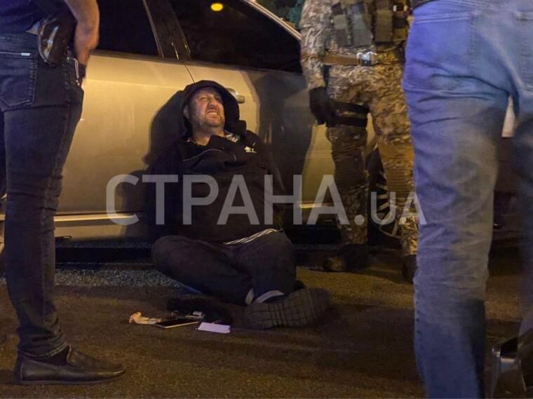 Мужчина в наручниках, которого полиция со стрельбой и погоней задержала 13 октября в центре Киева