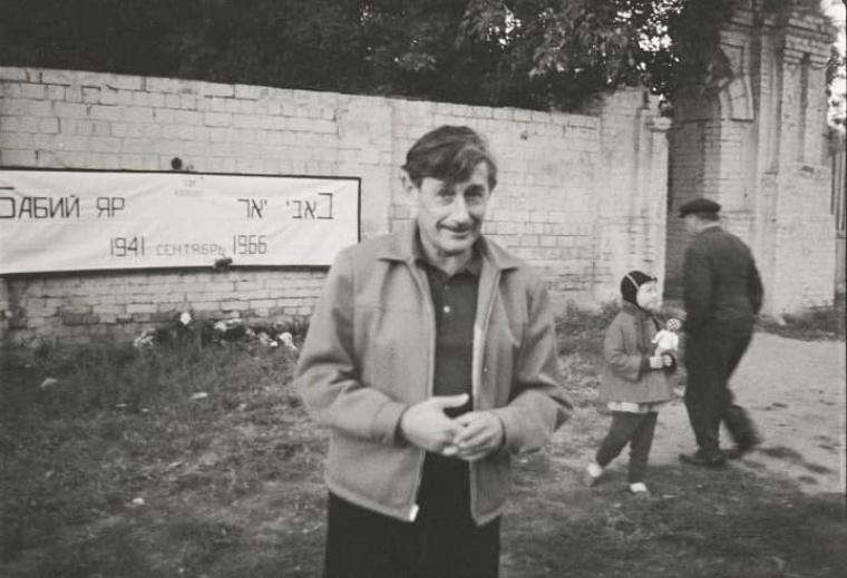 Виктор Некрасов, митинг в Бабьем Яру, 1966 год. Некрасов начал писать в советской прессе о необходимости помнить погибших - за это его подвергли травле, и он был вынужден выехать из СССР