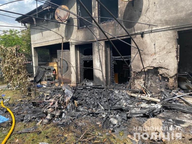 На момент падіння літака у будинку перебували жінка і двоє дітей