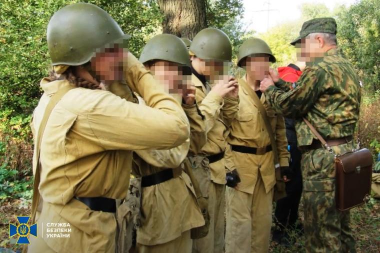 Підлітки, переважно дівчата, проходили військову підготовку