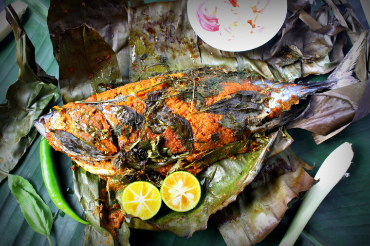 Морская рыба, в банановом листе запеченная и на банановом же листе поданная — одно из самых типичных (а заодно и демократичных) блюд большинства островов так называемого «бананового пояса»