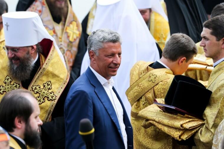 Юрій Бойко під час молебню на Володимирській гірці, 2016 р