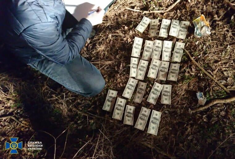 Силовики задокументировали факт вымогательства 10 тыс. долларов