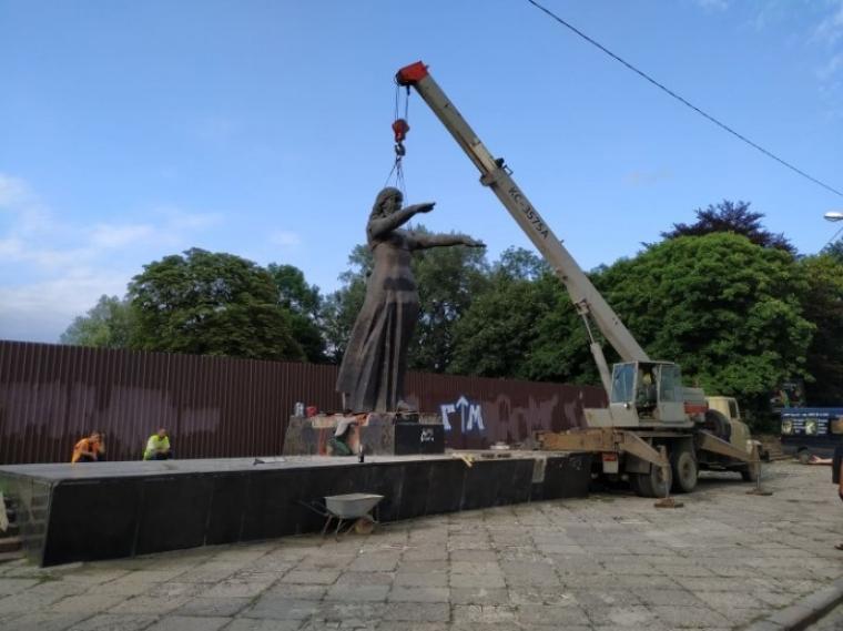Демонтаж радянського монумента
