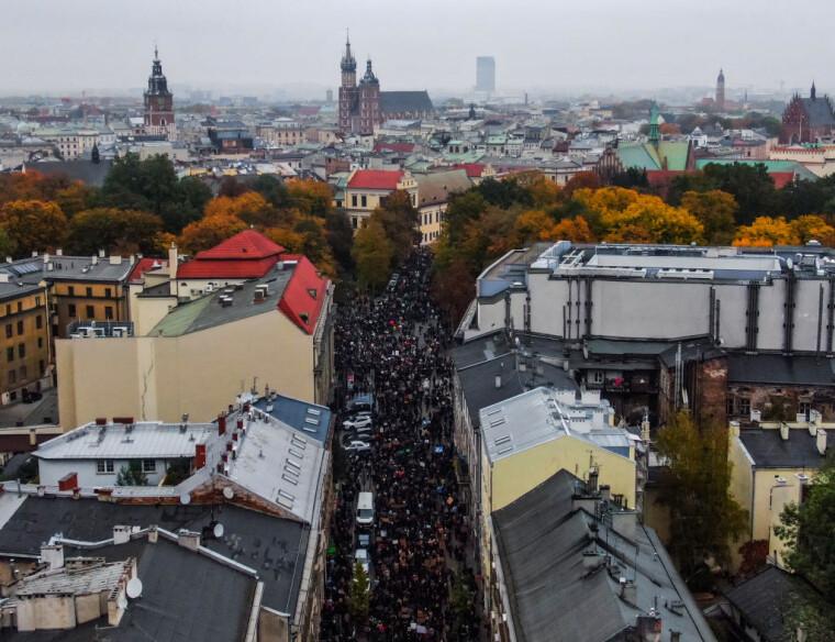 Величезний натовп протестувальників проти посилення законів про аборти на вулиці Кракова