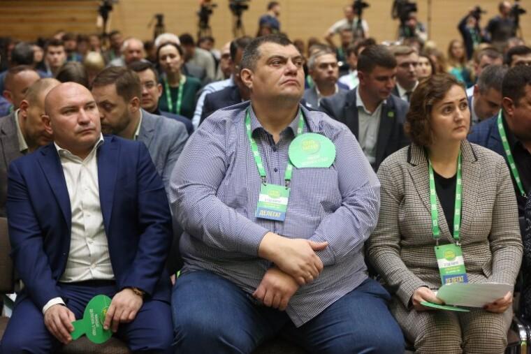 Закон о родственниках ударит по Юрию Корявченкову: его супруга Татьяна (на фото справа) является помощником депутата на общественных началах / УНИАН