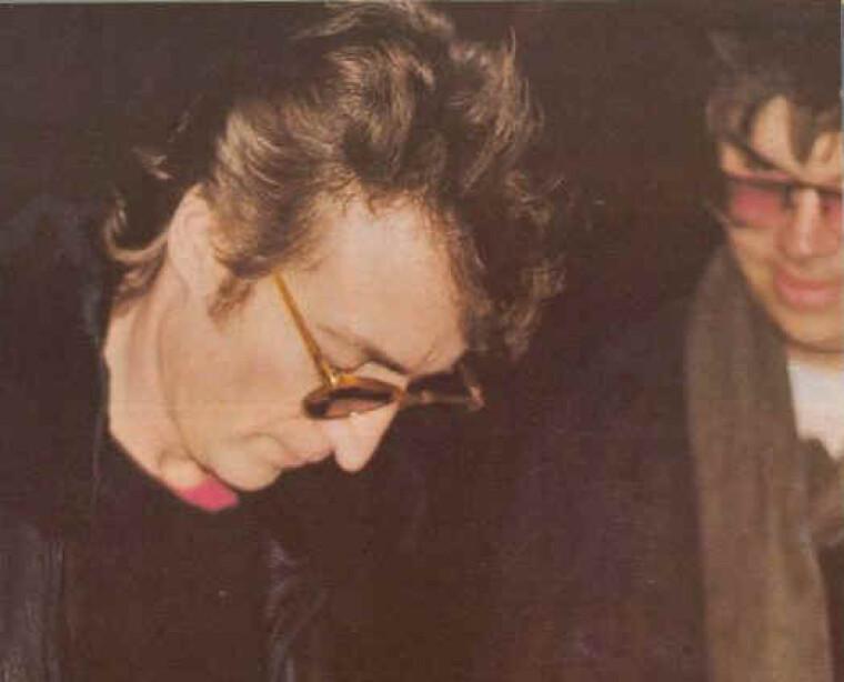 Леннон подписывает альбом своему убийце Чемпэну