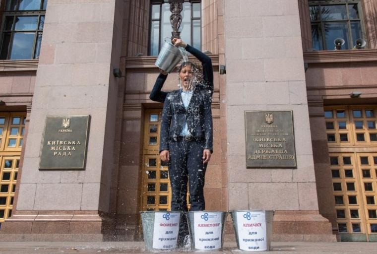 """На депутата Киевсовета Галину Янченко выливают ведро ледяной воды в рамках флешмоба """"Ice Bucket Challenge"""" и как проявление солидарности с жителями Киева, которые остались без горячей воды, август 2014 года"""