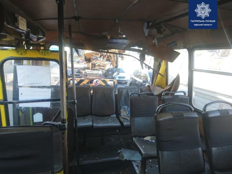 Вантажний кран протаранив маршрутку в Одесі