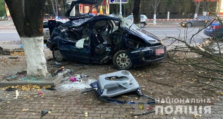 В Ізмаїлі п'яний водій в'їхав у дерево