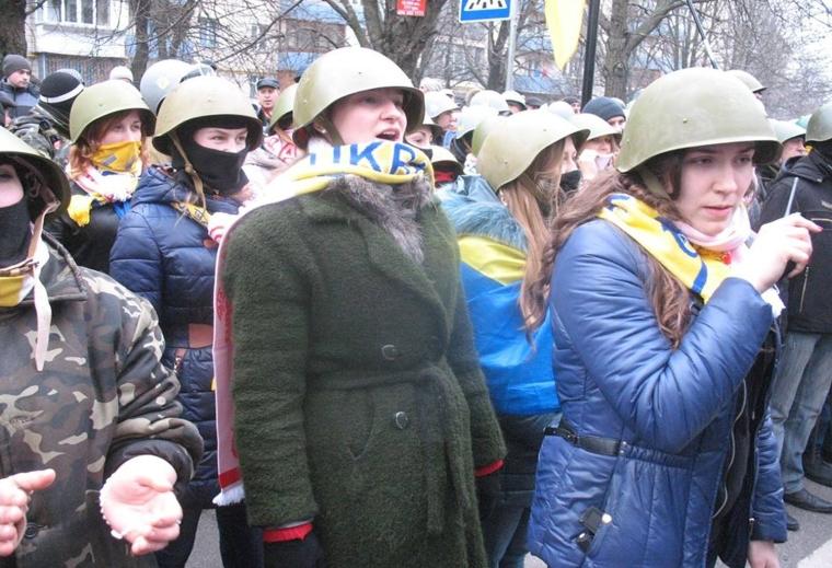 Активістки 39-ої жіночої сотні Самооборони Майдану. Анна Коваленко - попереду/facebook.com/39sotnya