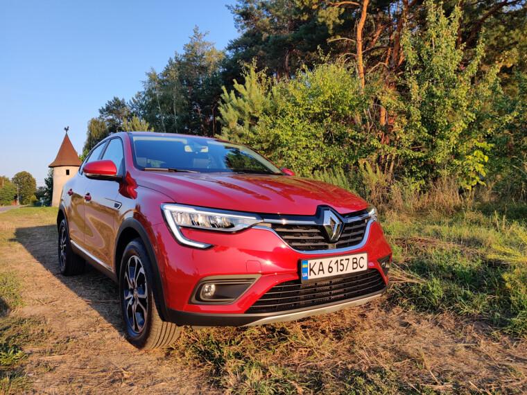 Красная Renault Arkana