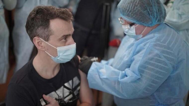 Виктор Ляшко во время вакцинации