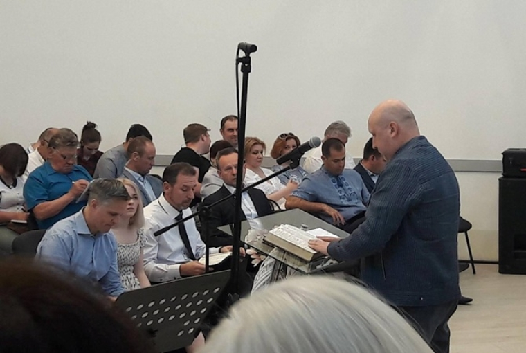 Олександр Турчинов читає проповідь в євангельсько-баптистської церкви/Facebook