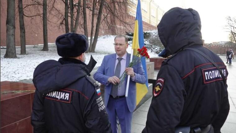 Наряд полиции подходит к участнику одиночного пикета у стен Кремля в Москве