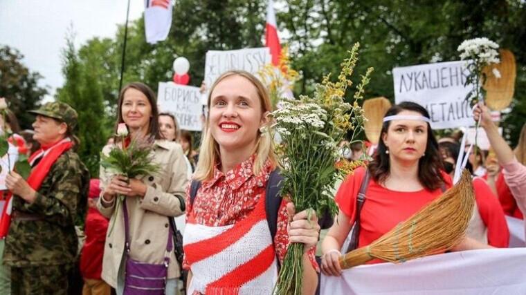 Женщины прогуливаются небольшими группами в Минске, Беларусь