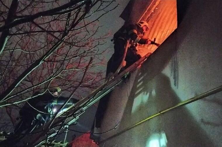 Коли прибули рятувальники, палала покрівля на площі 250 кв. м