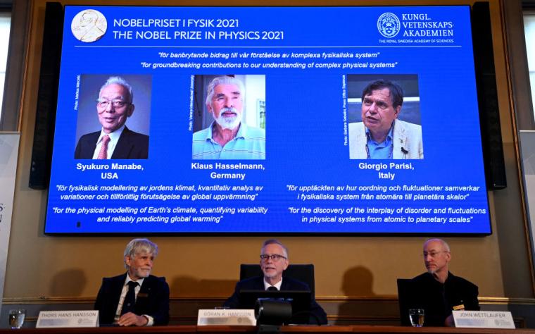 """На екрані зліва направо: Переможцем конкурсу """"Нобелівська премія 2021 року"""" з фізики"""