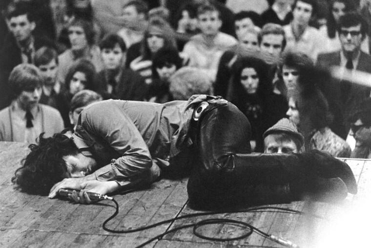 Джимм Моррисон во время концерта