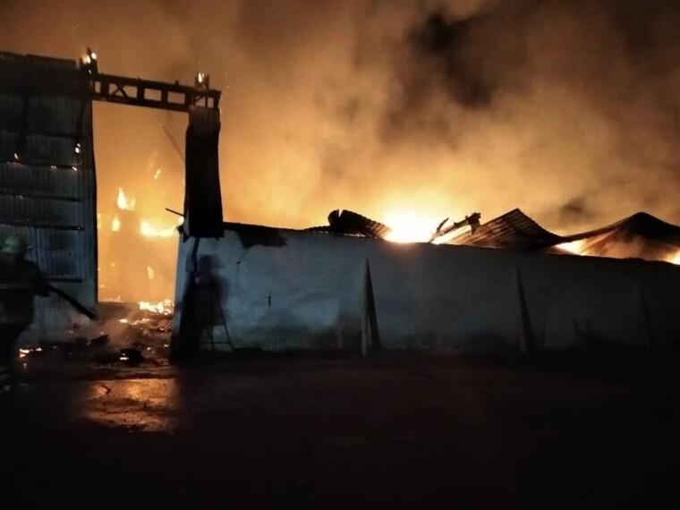 Фото пожежі на складі із зерном