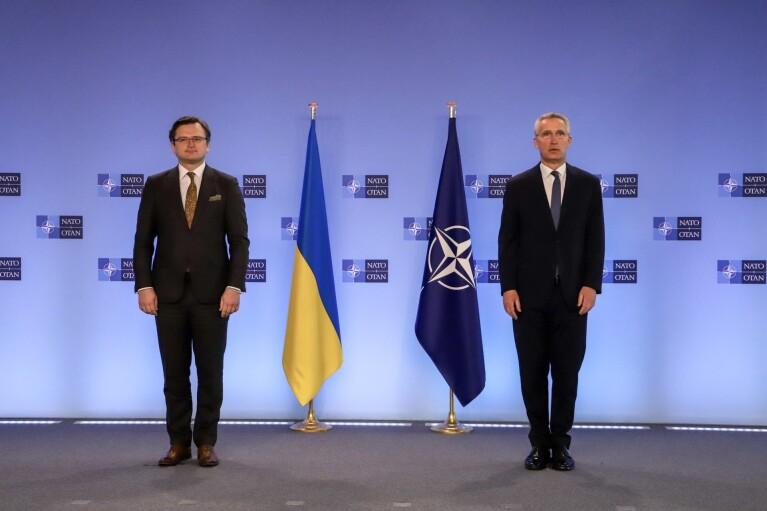 Генсек НАТО встретил Кулебу в Брюсселе (ФОТО)