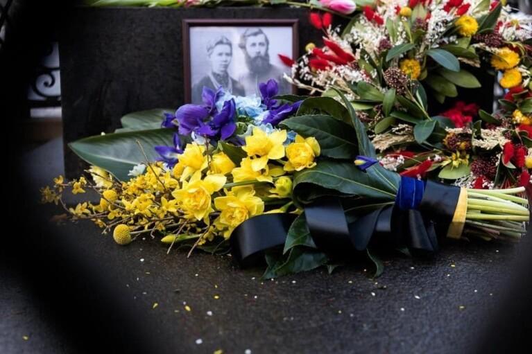 Зеленский отправил корзинку цветов к памятнику Лесе Украинке (ФОТО)